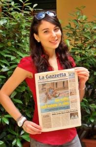 Monica De Astis: in mano la copia de La Gazzetta di Sesto che contiene la sua intervista